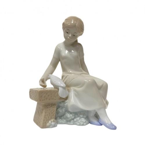 HP0193  (32) Девушка на скамейке с голубем 11*15см