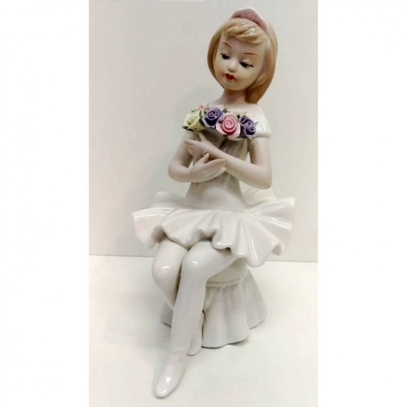 HP 145  (16) Балерина на пуфике, фарфор 12*15*23см